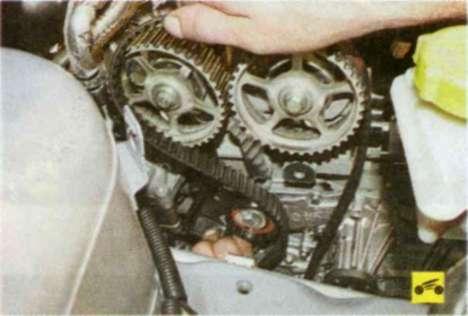 Т$едупоежд к11е Не проворачивайте коленчатый вал при снятом ремне привода газораспределительного механизма, так как...