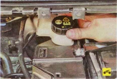 Тормозная жидкость форд фокус 2 где находится