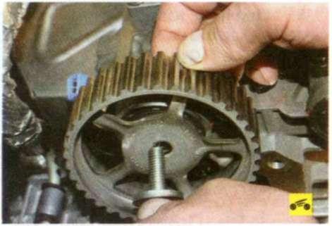 """Замена ремня привода газораспределительного механизма на двигателях...  """"с. 88).  5.Удерживая распределительные валы..."""