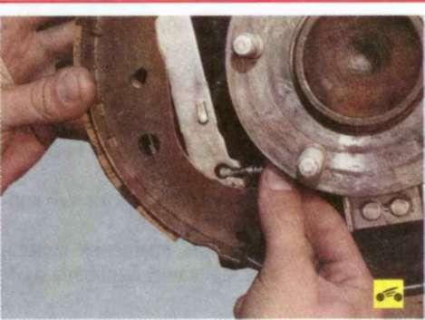 Замена тормозных колодок тормозного механизма заднего колеса.  Часть 2 - Форд Фокус 2.