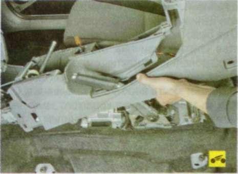 Снятие и установка рычага привода стояночного тормоза - Форд Фокус 2.