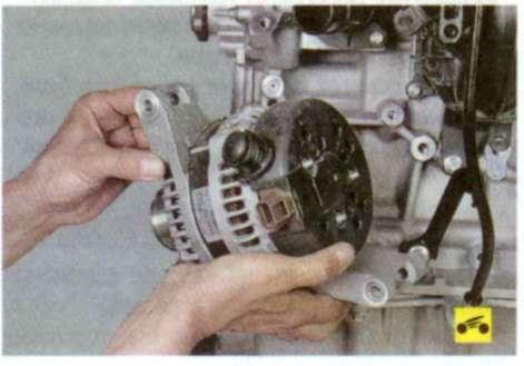 8.Установите генератор в порядке, обратном снятию, при этом ремень привода вспомогательных агрегатов необходимо...