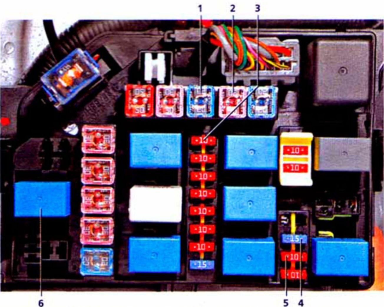 Система управления двигателем Схема системы управления двигателем: 1.