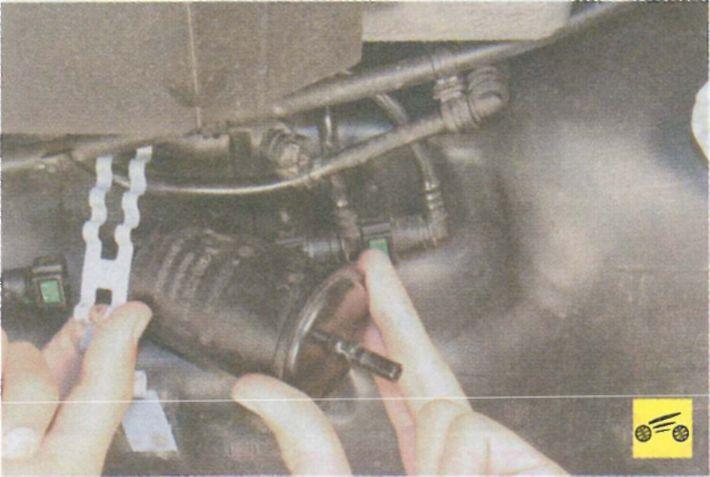 Топливный фильтр в рено логан 1.6 где находится