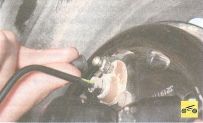Замена тормозной жидкости рено логан своими руками видео