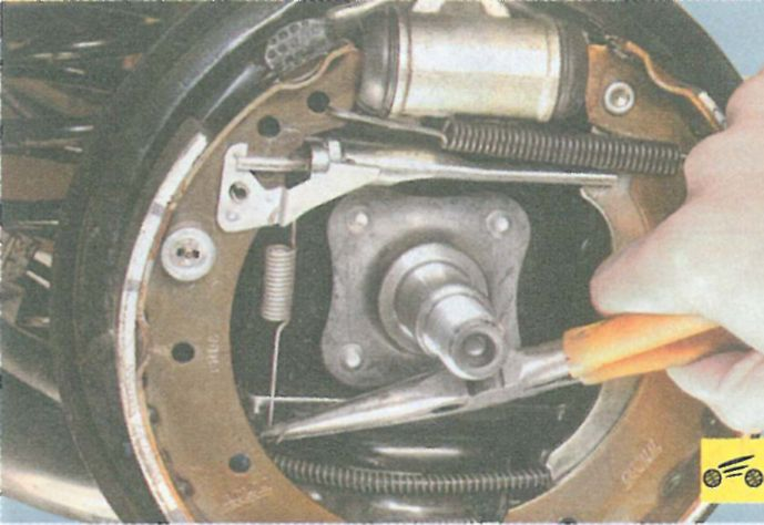 Замена задних тормозных колодок Hyundai Accent (Хендай) 28