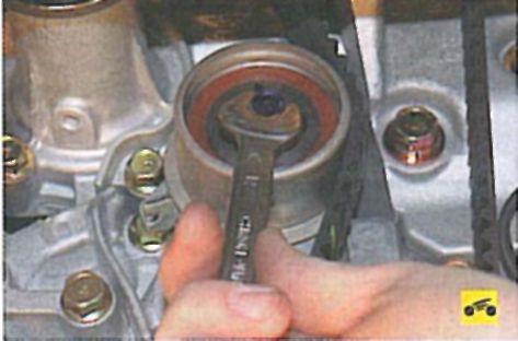 Регулировка натяжения ремня привода газораспределительного механизма - Мицубиси Лансер 9 (Mitsubishi Lancer) .